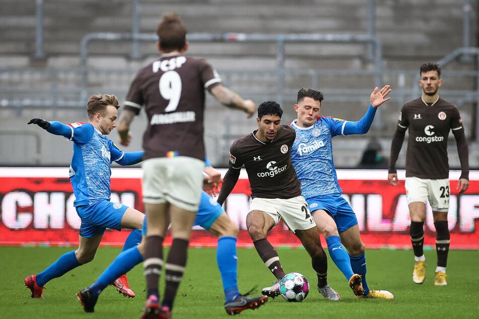 FC St. Pauli-Neuzugang Omar Marmoush (M., am Ball) zeigte gegen Holstein Kiel eine bärenstarke Leistung und traf zum 1:0.