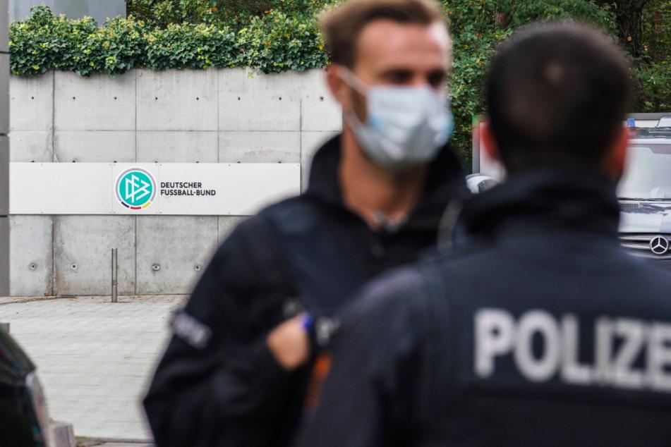 Das Foto zeigt Polizeibeamte vor der DFB-Zentrale in Frankfurt.