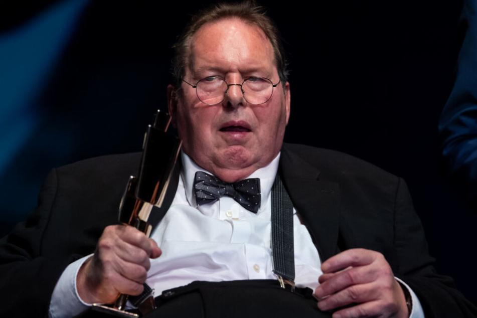 Ottfried Fischer hält während der Verleihung des Kulturpreises Bayern den Sonderpreis in den Händen.