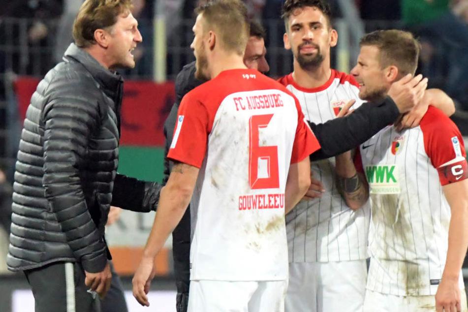 Für Ralph Hasenhüttl ist die Sache zwischen ihm und Augsburgs Kapitän Daniel Baier (r.) aus der Welt.