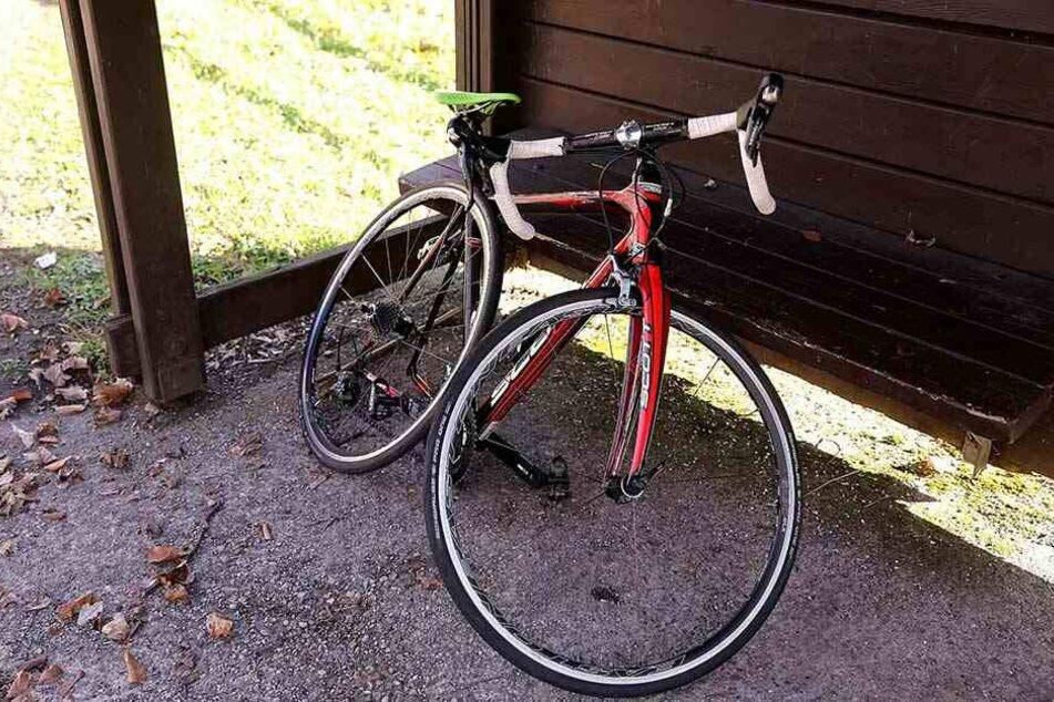 Das demolierte Fahrrad wurde von der Polizei von der Straße geborgen.