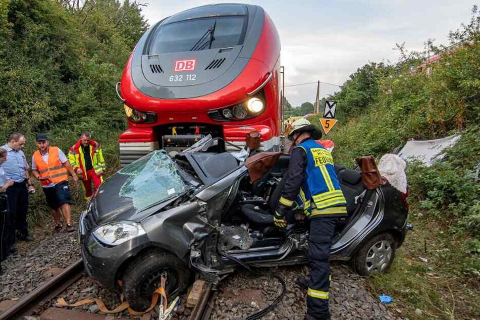 Schlimmer Unfall an Bahnübergang: Zug knallt in Auto