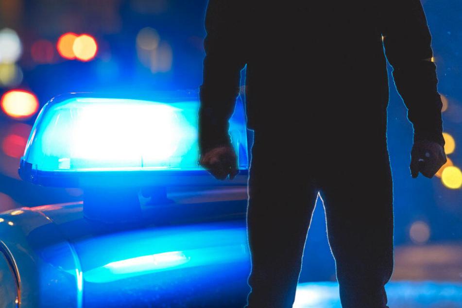 Politisch motivierte Tat? Polizisten fahren Streife, plötzlich fliegen Steine