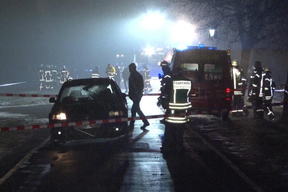 Kohltour-Unfall im Emsland: Menschen im Alter von 20 bis 30 Jahren sind vermutlich außerhalb der Ortschaft mit zwei Bollerwagen zum Boßeln unterwegs gewesen.