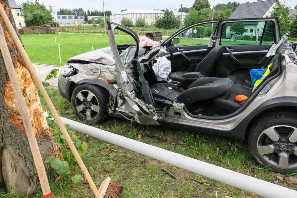 Die 19-Jährige wurde im Auto eingeklemmt und musste von den Rettungskräften befreit werden.