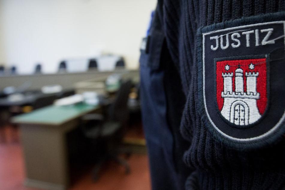Ein Beamter steht im Verhandlungsraum des Landgerichts.