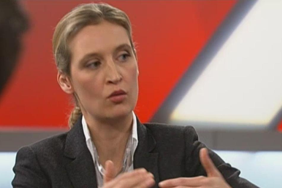 Alice Weidel macht indirekt Angela Merkel für den Tod der Freiburger Studentin verantwortlich.