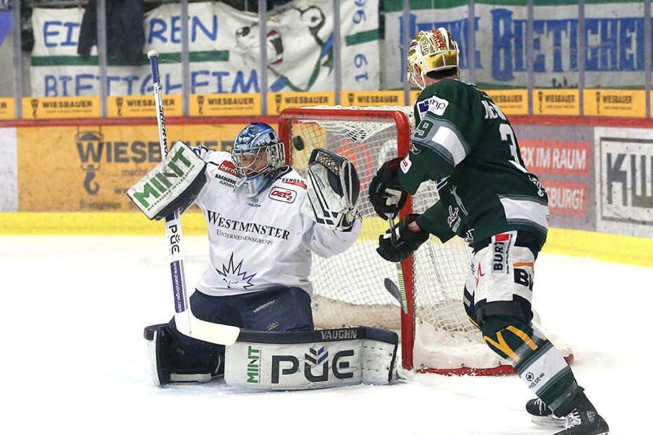 Eislöwen-Keeper Marco Eisenhut zeigte in der Serie gegen Bietigheim wie hier bei dem Schuss von Tyler McNeely super Paraden.