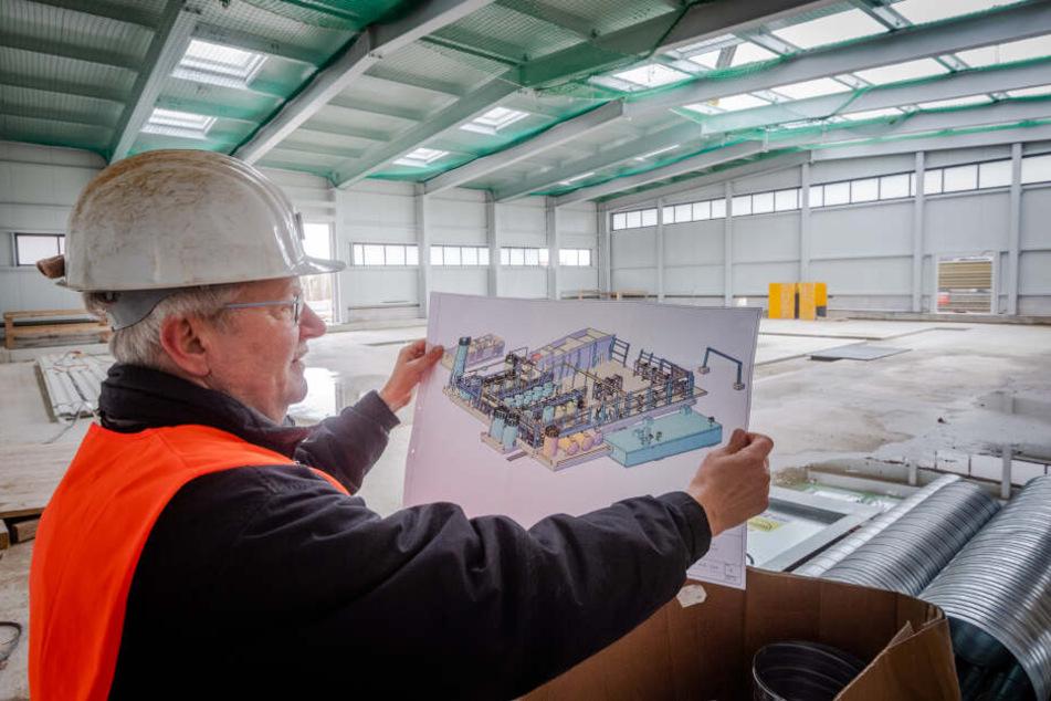 Projektverantwortlicher Jürgen Meyer (61) zeigt den Plan für die neue vollautomatische Wasserbehandlungsanlage.