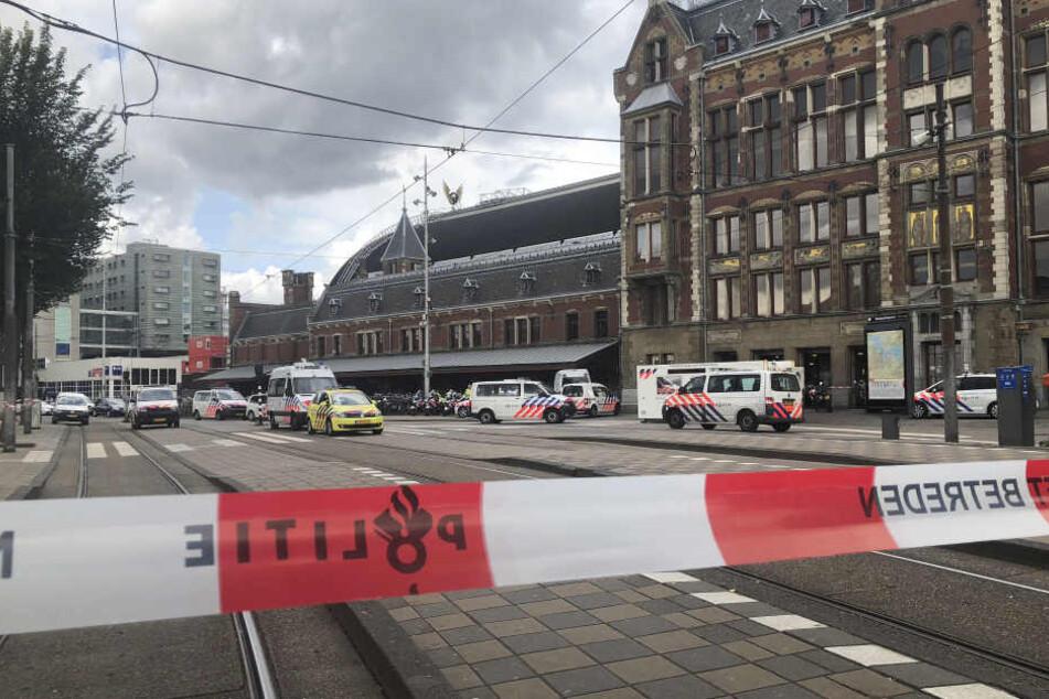 Die Polizei sperrte den Bahnhof in Amsterdam weiträumig ab.