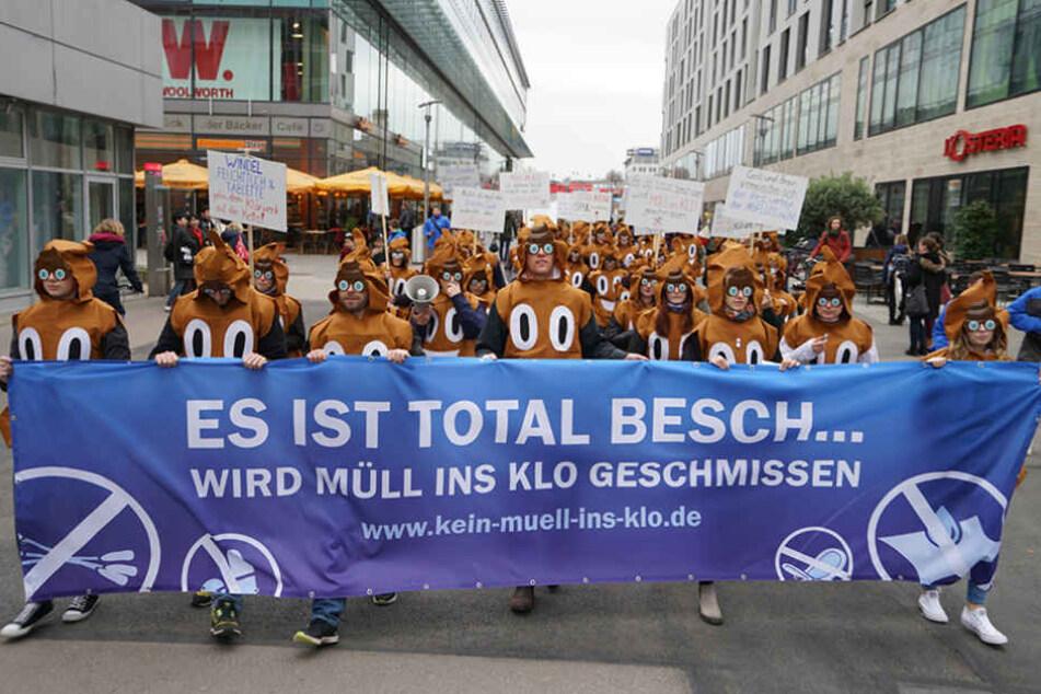 Als Kackhaufen verkleidete Demonstranten sorgten am Dienstag für Aufsehen auf der Prager Straße.