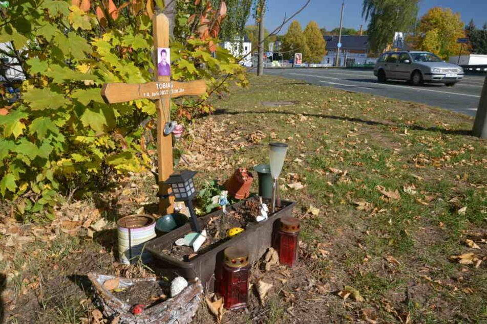 Am Unfallort erinnern Kerzen an den getöteten Tobias R. (54)