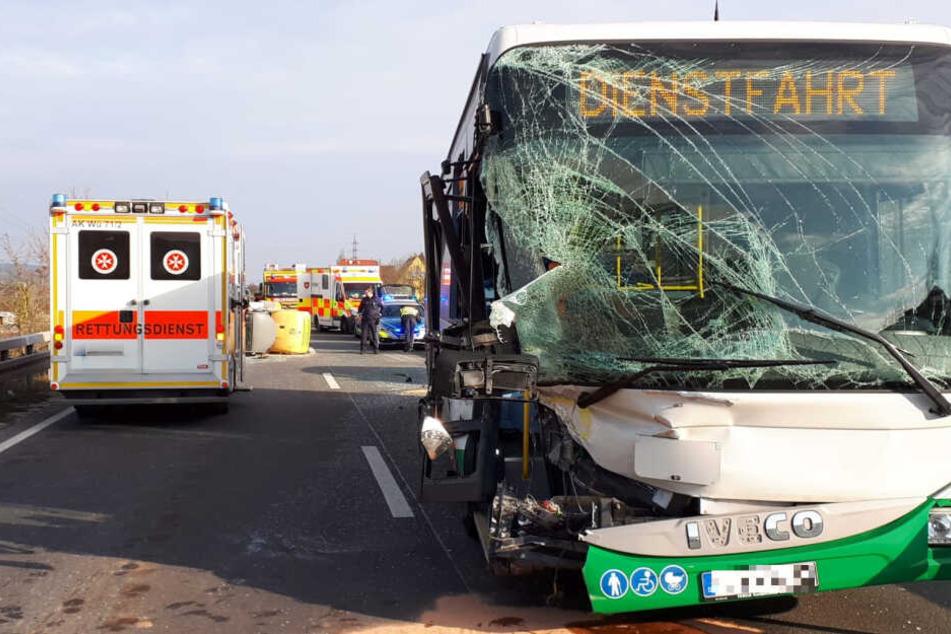 Überwiegend Schüler an Bord: Bus kracht auf Bundesstraße mit Radlader zusammen