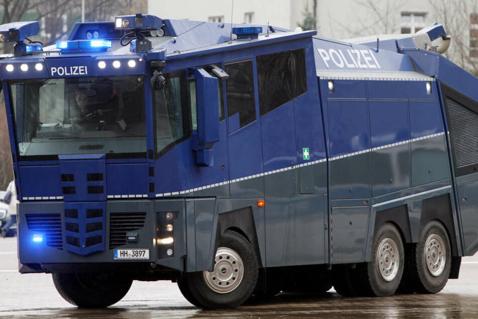 Aus Angst vor randalierenden Dynamo-Anhängern werden in Stuttgart das erste mal seit 2010 wieder Wasserwerfer aufgefahren. (Symbolbild)