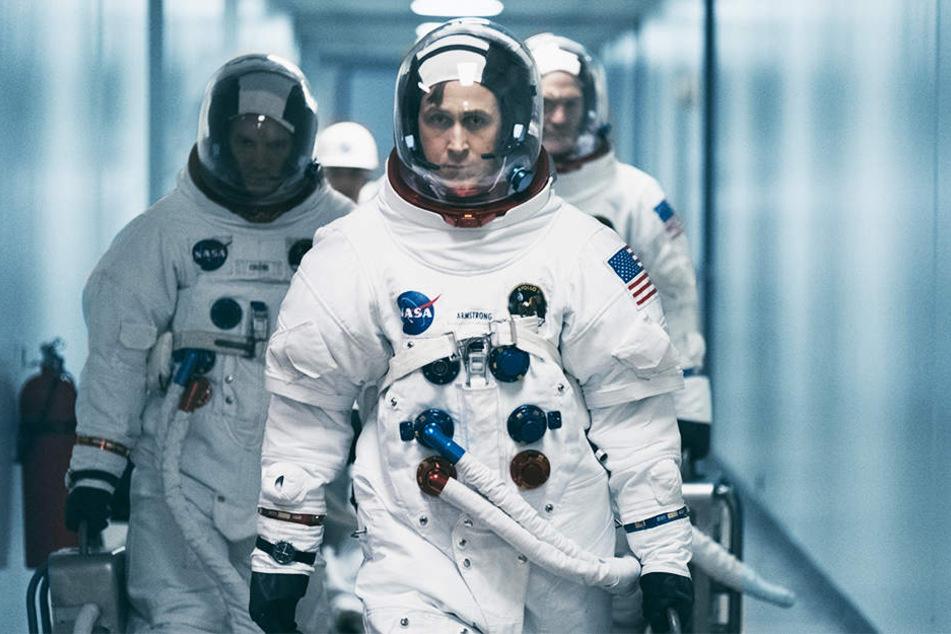 Neil Armstrong (Ryan Gosling, Mitte) mit zwei anderen Astronauten auf dem Weg zu anspruchsvollen Tests.