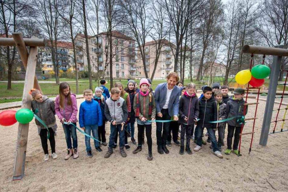 Baubürgermeister Michael Stötzer (46, Grüne, Mitte) weihte alle drei Spielanlagen persönlich ein. Die Kinder der Flemming-Grundschule erkundeten die neue Spielanlage am Talangerpark als Erste.