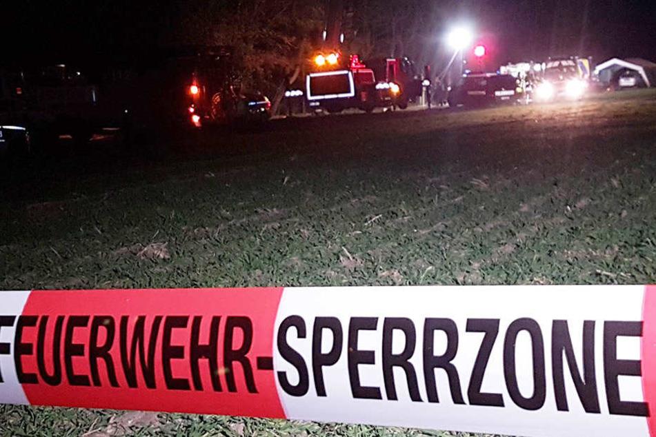 Ein Absperrband ist vor einem Einsatzort zu sehen. In einem Fahrzeug ist eine Frau mit Schussverletzungen gefunden worden.