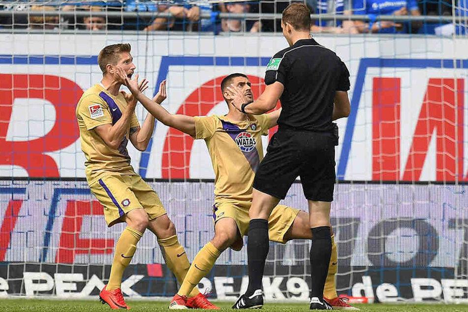Sebastian Hertner (l.) und Dimitrij Nazarov beschwerten sich wild gestikulierend bei Schiedsrichter Sören Storks. Alle sahen, dass der Ball im tor war, nur die drei Herren in Schwarz nicht.