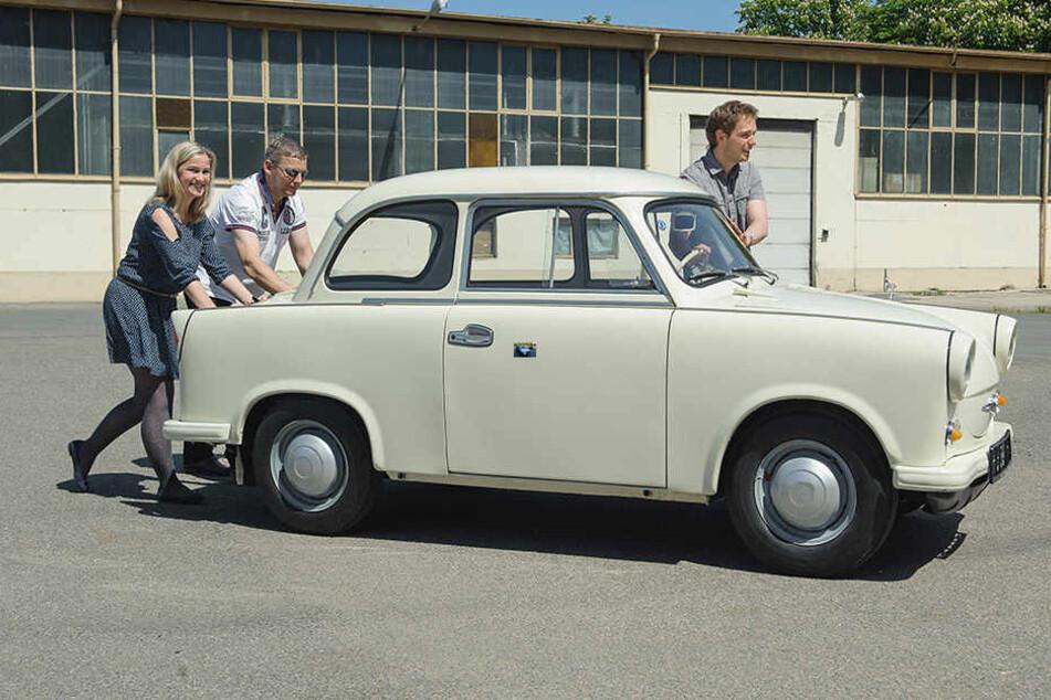 Annett Kannhäuser (47) und André Meyer (32, rechts) vom Horch-Museum und  TAG24-Redakteur Frank Harnack (44) schieben einen Trabant 500 in Position.
