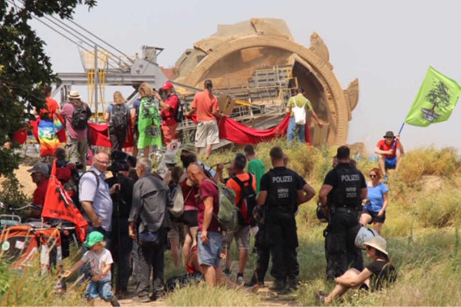 """""""Keinen Meter weiter"""": Aktivisten bilden """"Rote Linie"""" vor Riesen-Baggern"""