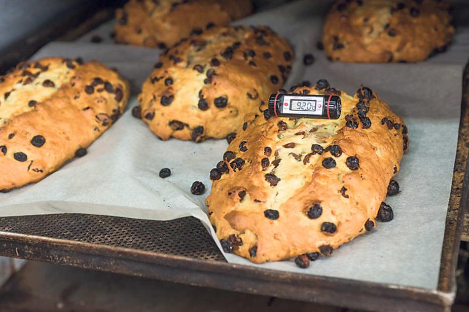 Noch heißer als draußen ist es bei Bäcker Zopp - der erste Stollen kommt aus dem Ofen.
