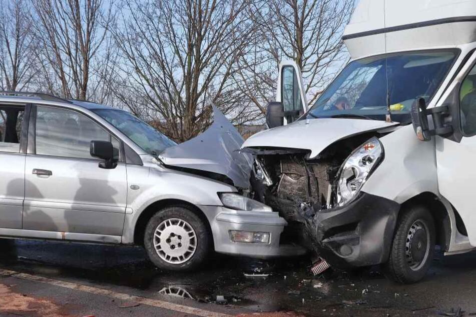 Der Kleintransporter krachte frontal in das Auto.