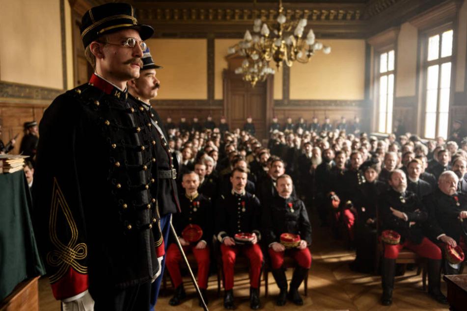 Alfred Dreyfus (l., Louis Garrel) wird vom Militärgericht verurteilt. Später geht er in Revision.