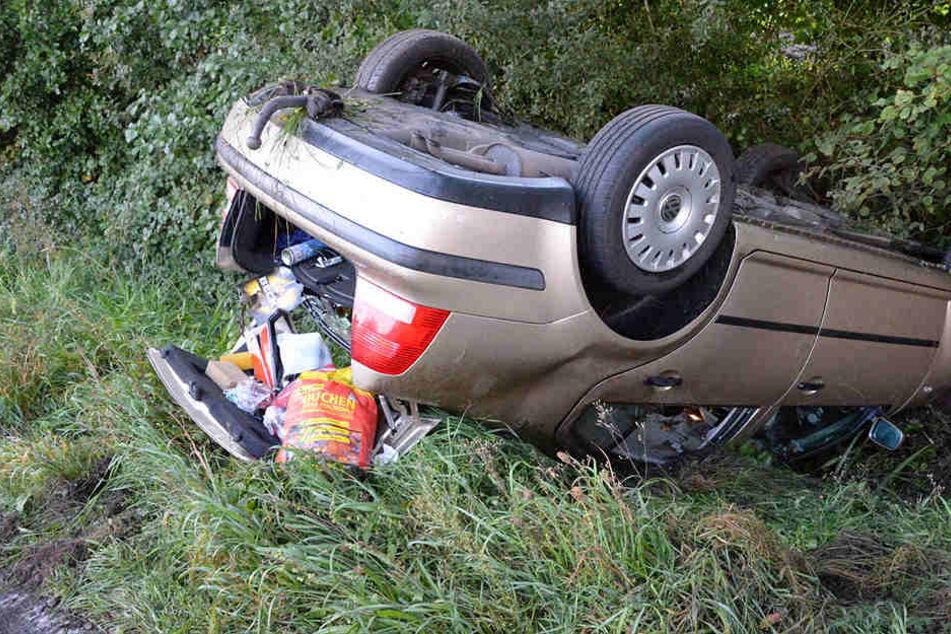 Das Auto landete im Graben.