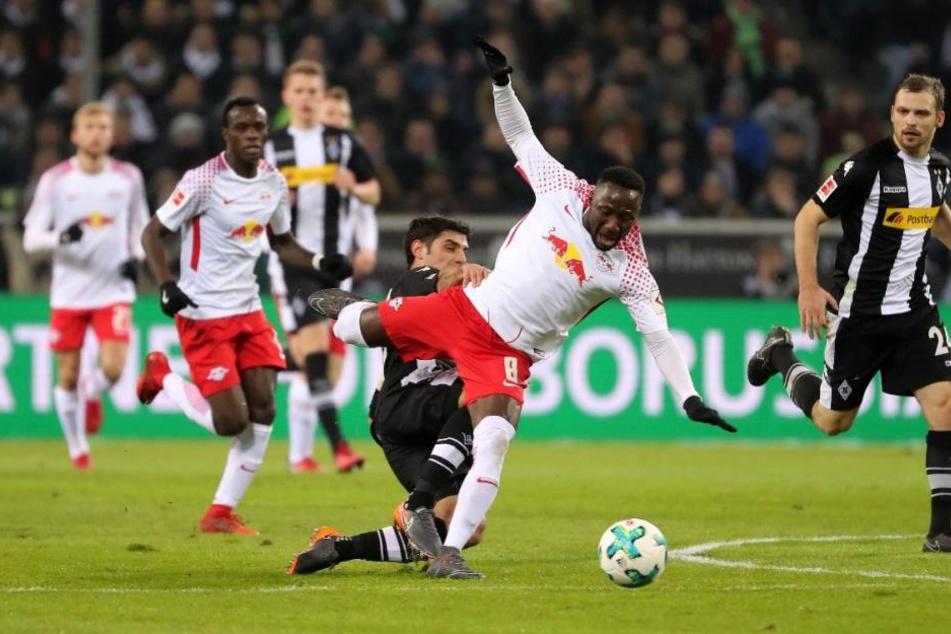 In der ersten Halbzeit nur in Zweikämpfen auffällig und am Rande einer Gelben Karte: RB Leipzigs Mittelfeldstar Naby Keita (vorn).