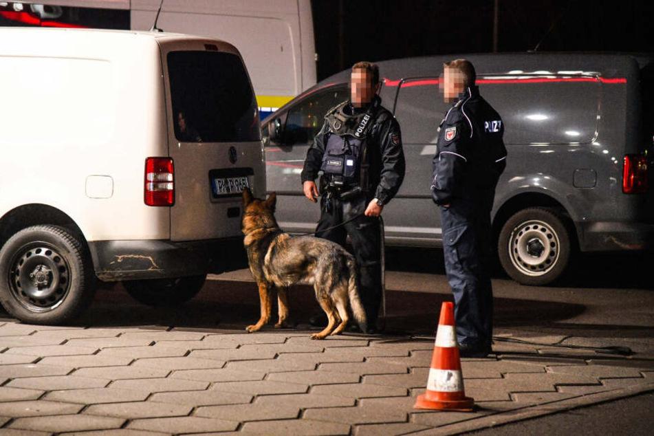 Auch ein Polizeihund wurde eingesetzt.