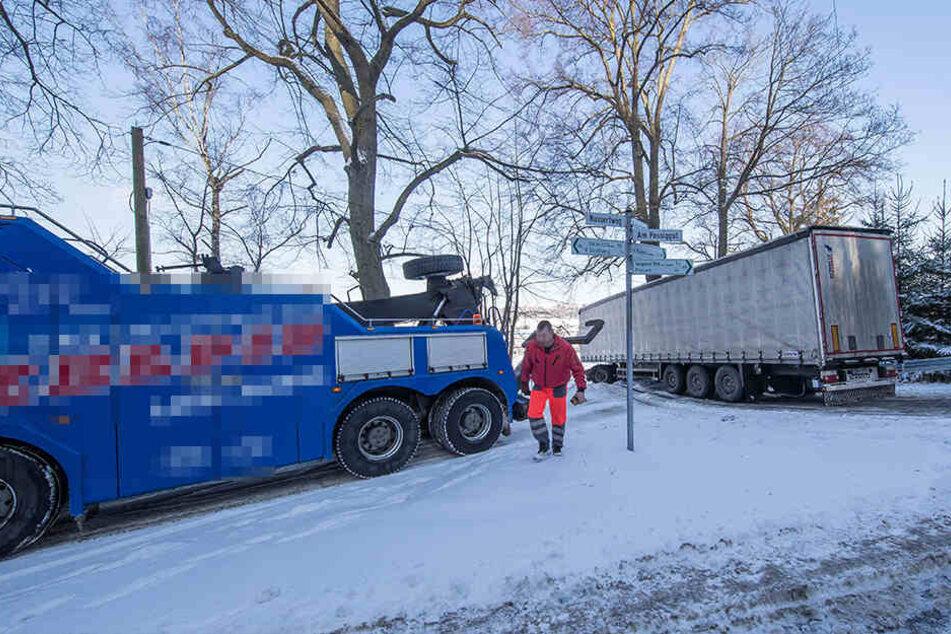 Für die aufwendige Bergung des Lasters musste die Straße gesperrt werden.