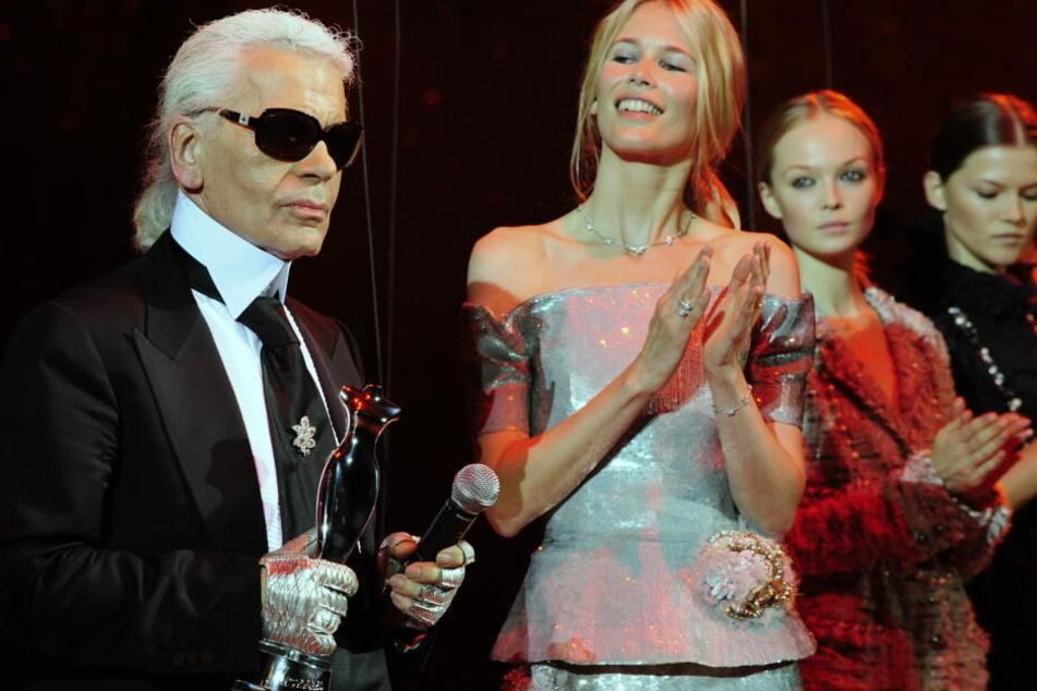 Karl Lagerfeld mit dem deutschen Supermodel Claudia Schiffer, das er entdeckte.