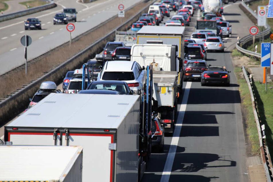 Bei dem Unfall auf der A4 bei Frechen wurden vier Menschen schwer verletzt. Ein Autofahrer fuhr nach dem Unfall bis zum Unfallort durch die Rettungsgasse. (Symbolbild)