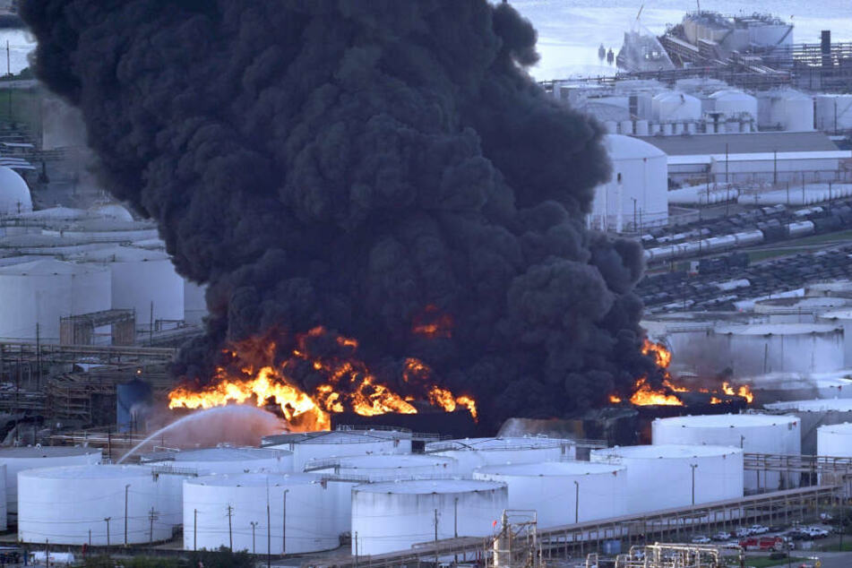 In der Fabrik in Houston sind Chemikalien und Treibstoff in Brand geraten.