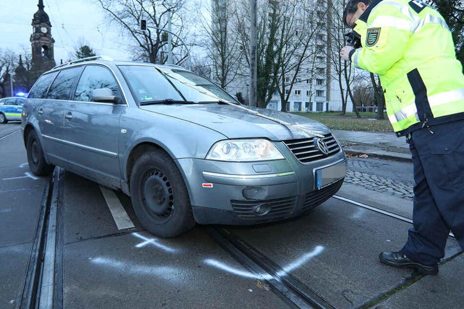 Der VW Passat erfasste den Fußgänger.