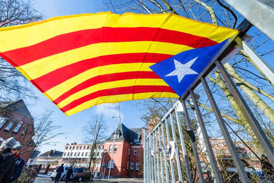Eine Estelada, die Fahne der katalanischen Nationalisten, weht am Zaun der Justizvollzugsanstalt Neumünster. Hier war er vor einem Jahr für 13 Tage inhaftiert.
