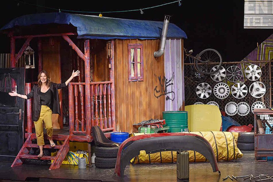 """Talkmasterin Kim Fisher (49, Riverboat) fühlt sich auch auf den Brettern der Comödie wohl - hier bringt sie die Leute im Stück """"Zickenzirkus"""" zum lachen."""