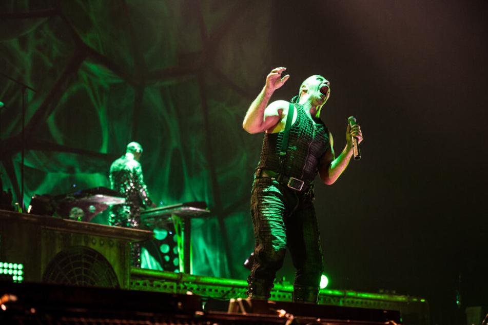 So richtig feiern die Fans die Band nicht, die Till Lindemanns Bühne aufwärmen soll.
