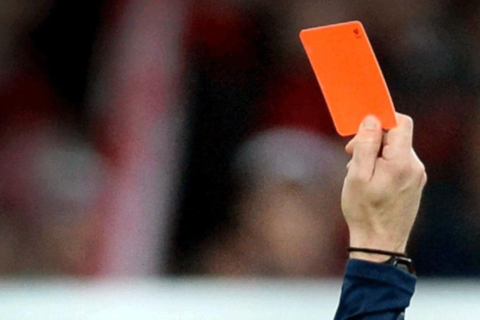 Mit roten Karten war es nicht getan: Beide Mannschaften wurden vom Turnier ausgeschlossen!