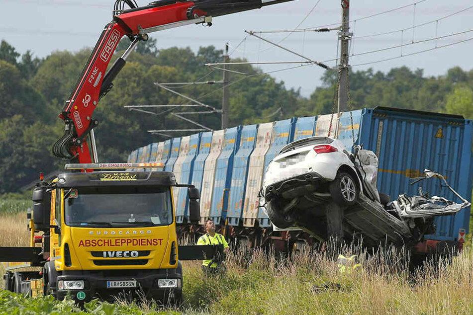 Der zerstörte PKW wird von einem Abschleppwagen geborgen.