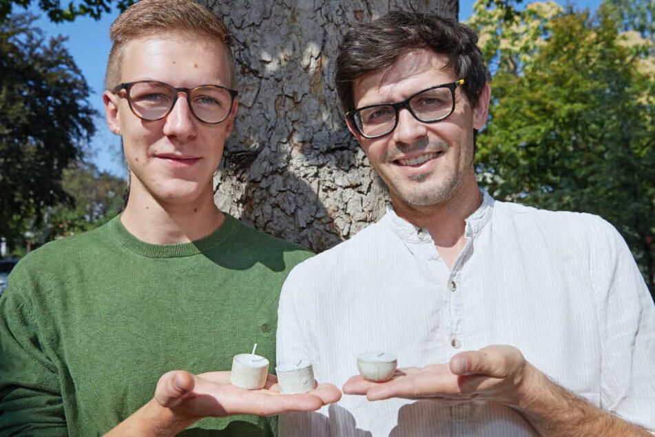 Paul Handrick (li.) und Karsten Jahn mit den umweltfreundlichen Teelichtern.