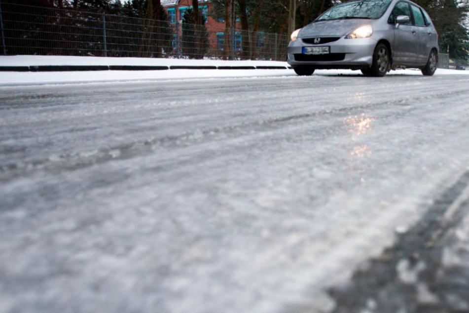 Die Straßen in NRW können gefährlich glatt sein. (Symbolbild)