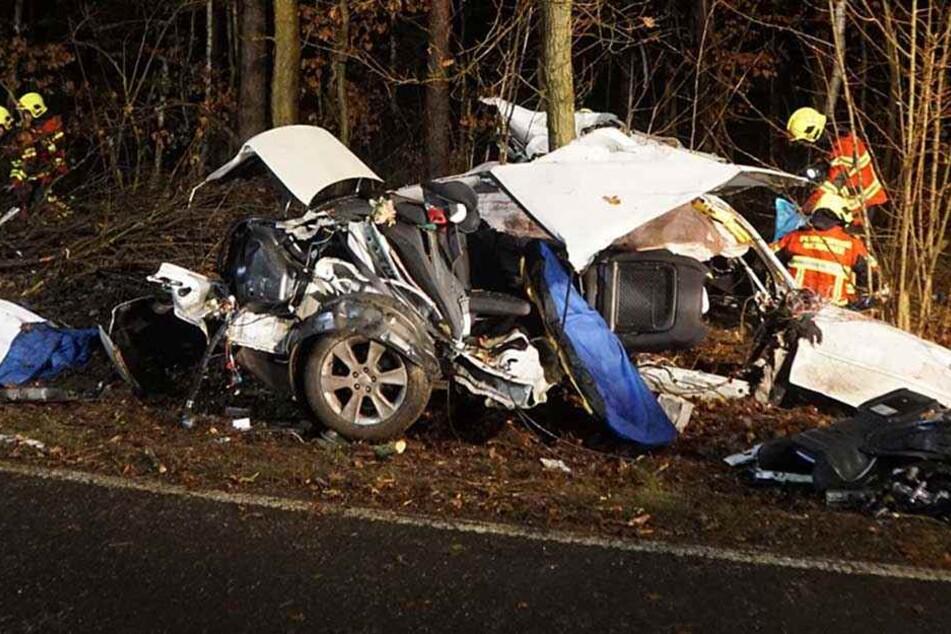 Der Fahrer hatte keine Chance, er starb in dem Wrack.