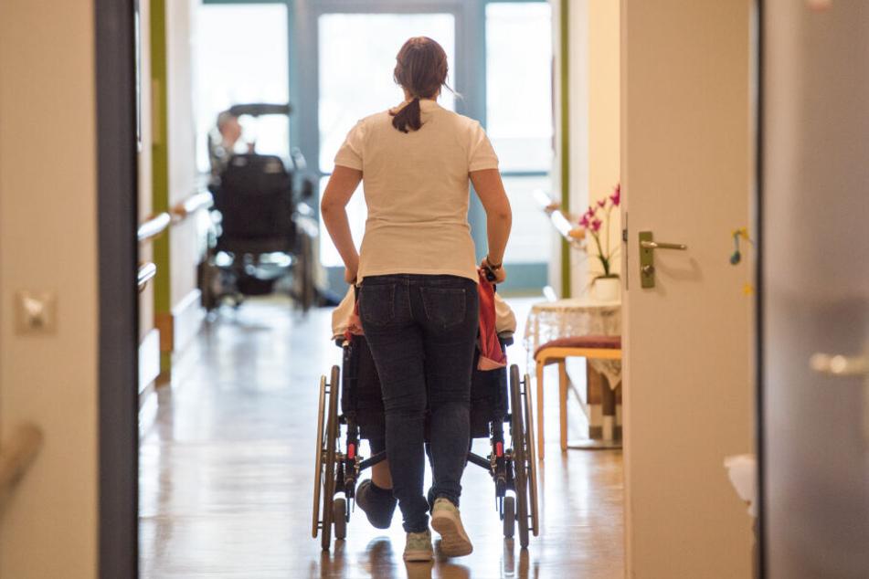 Fehlendes Personal bringt viele Pflegeheime an ihre Grenzen.