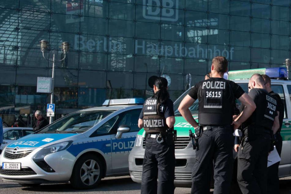 Immer wieder Tatort: Polizisten vor dem Berliner Hauptbahnhof. (Symbolbild)