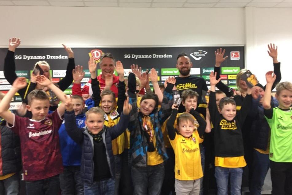 """Und hoch die Hände! Die Kids der """"Giraffenbande"""" sorgten bei Trainer Uwe Neuhaus und Giuliano Modica für gute Laune."""