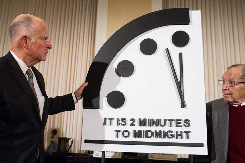 """Jerry Brown (li), früher Gouverneur von Kalifornien, und William Perry, Ex-Verteidigungsminister der USA, enthüllen am 24. Januar die """"Weltuntergangsuhr"""""""