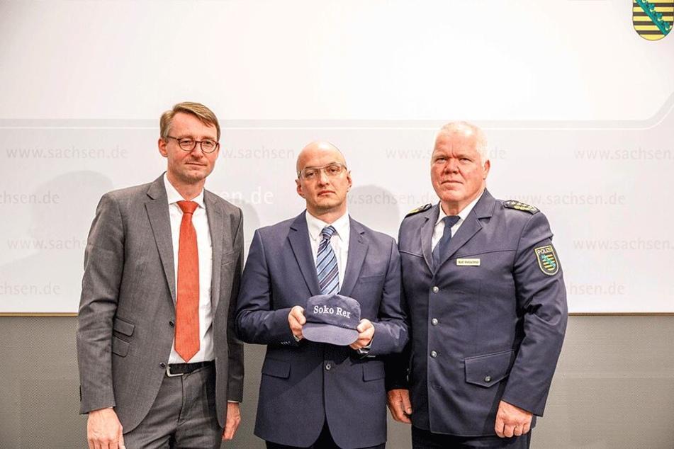 """Dirk Münster (47, Mitte) ist der Chef der wiederaufgelegten """"Soko Rex"""" - hier mit Innenminister Roland Wöller (48, CDU, l.) und Landespolizeipräsident Horst Kretzschmar (59)."""