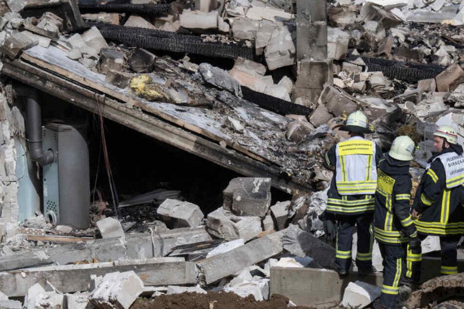 Feuerwehrleute stehen am 22.03.2019 vor den Trümmern des Wohnhauses.