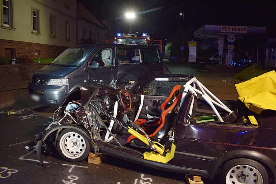 Der völlig zerstörte VW Golf: Der 33-jährige Fahrer musste von der Feuerwehr aus dem Wagen befreit werden.